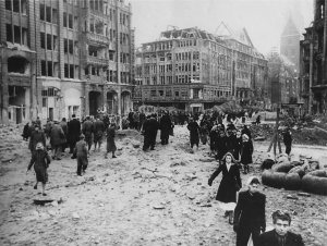 Ruins_of_Hamburg_Pferdemarkt_Monckebergstrasse_St.Petri_1945